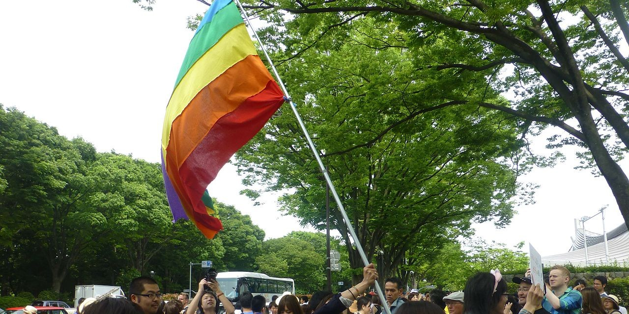 TokyoRainbowPrideParade-flyingflag-sunny-may8-2016